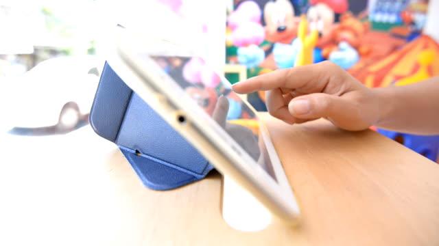 vídeos de stock, filmes e b-roll de tablet de mulher usando - trabalhadora de colarinho branco