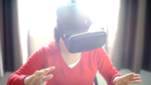 MS-Woman met behulp van virtual reality bril thuis