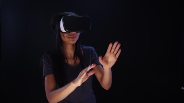 Vrouw met behulp van virtual reality bril. Verkennen en op zoek naar elementen