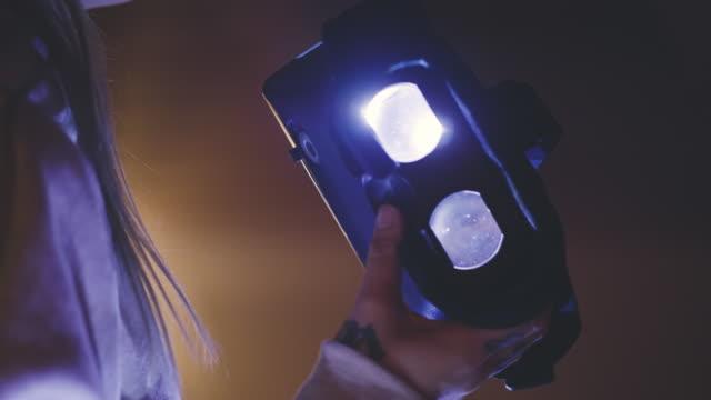 Kvinna som använder Virtual Reality Headset på natten