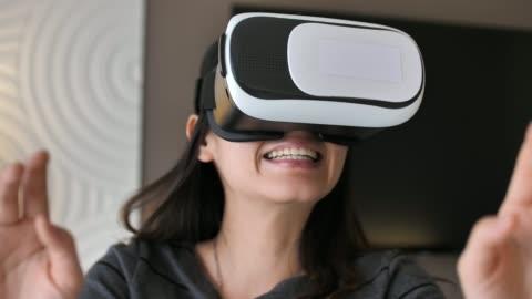 vídeos y material grabado en eventos de stock de mujer con gafas vr - simulador de realidad virtual