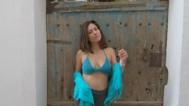 vídeos de stock e filmes b-roll de woman - village