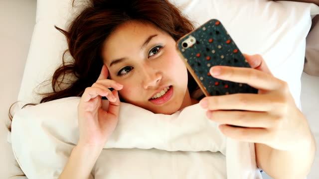 frau video-messaging handy - flirten stock-videos und b-roll-filmmaterial