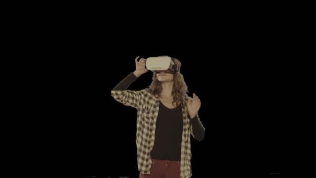 Vrouw VR headset. Beschikbaar in 4 k-versie voor alfakanaal geïsoleerde clip