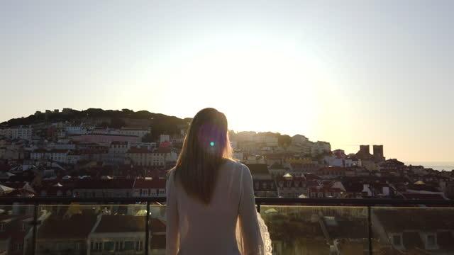 vídeos de stock e filmes b-roll de woman visiting lisbon. - visit