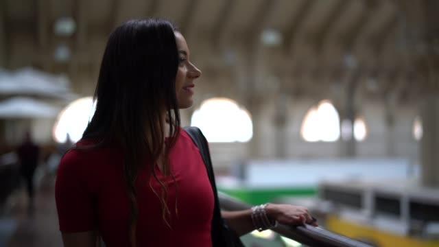 vídeos de stock, filmes e b-roll de mulher, visitar o mercado municipal, são paulo, brasil - brasileiro pardo