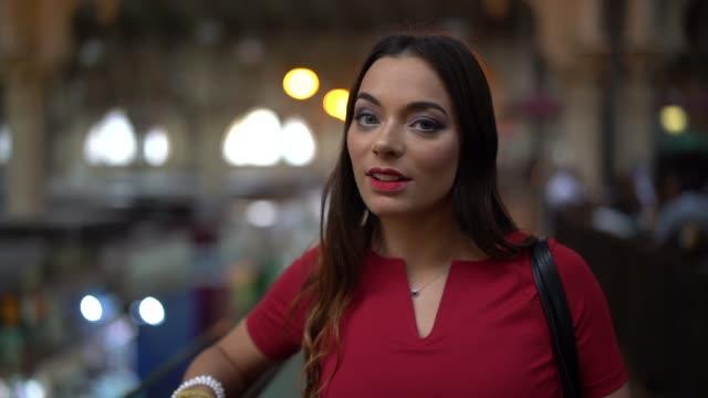 公設市場、サンパウロ、ブラジルを訪れた女性 - パルド人点の映像素材/bロール