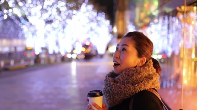 クリスマスの夜に誰かを待っている女性 - 歯を見せて笑う点の映像素材/bロール