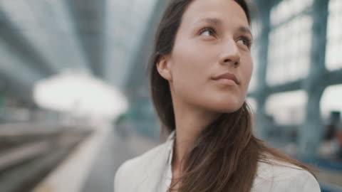 vídeos y material grabado en eventos de stock de woman waiting for train - estación entorno y ambiente