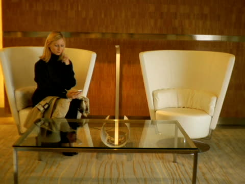 stockvideo's en b-roll-footage met ws, woman waiting in lobby, new york city, new york, usa - koffietafel