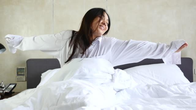 Frau aufwachen am Morgen im Schlafzimmer aktualisiert