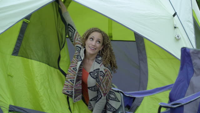 vídeos y material grabado en eventos de stock de woman waking up in tent - silla plegable