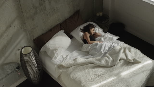 vidéos et rushes de slo mo ws ha woman waking up / salt lake city, utah, usa - sommeil