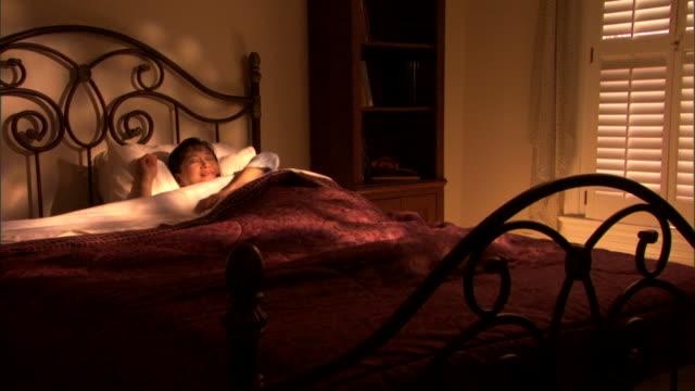 woman waking up - andere clips dieser aufnahmen anzeigen 1282 stock-videos und b-roll-filmmaterial
