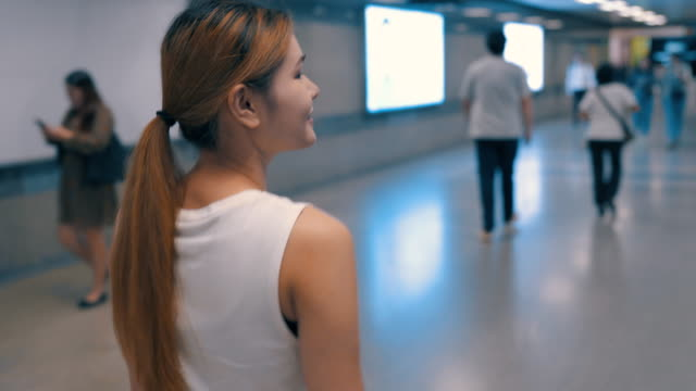 vídeos y material grabado en eventos de stock de mujer caminando en el camino a pie en la ciudad capital. - espalda humana