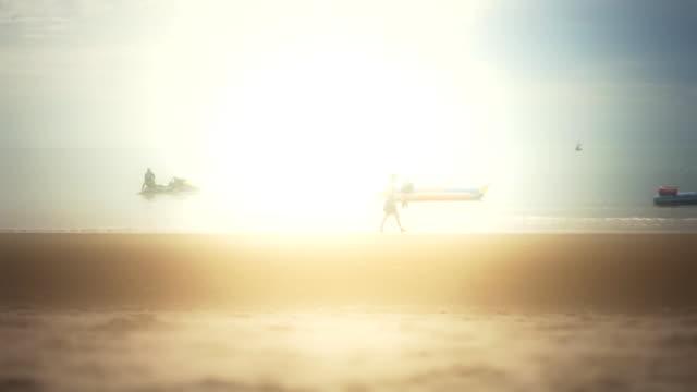 frau zu fuß am strand - bikinihose stock-videos und b-roll-filmmaterial