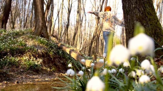 DS Frau zu Fuß auf einem Baumstamm