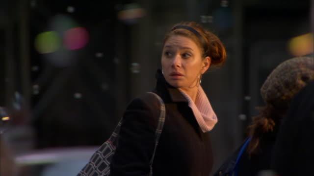 vídeos de stock, filmes e b-roll de ms pan woman walking across street while bubbles float in air / manhattan, new york, usa - olhando ao redor