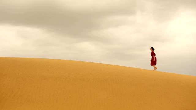 vídeos de stock, filmes e b-roll de mulher andando pela duna de areia do deserto de thar - colina acima