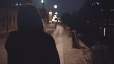 stockvideo's en b-roll-footage met vrouw wandelen alleen op straat - solitair