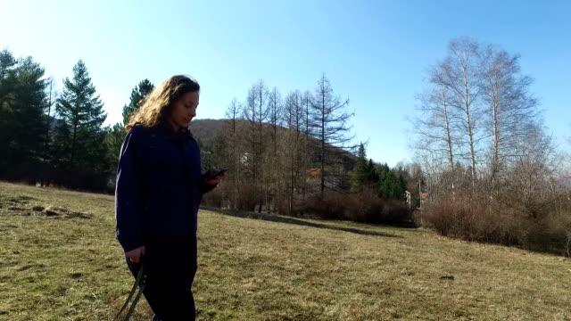 Frau zu Fuß und auf Handy