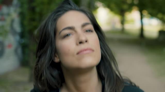 vídeos de stock, filmes e b-roll de woman walking around park in berlin - olhando ao redor