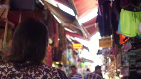 stockvideo's en b-roll-footage met vrouw wandelen op istambul straatmarkten, turkije - istanboel
