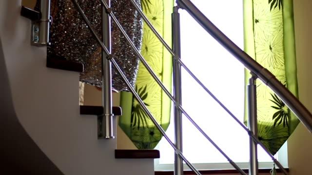 階段を下りる女性 - steps and staircases点の映像素材/bロール