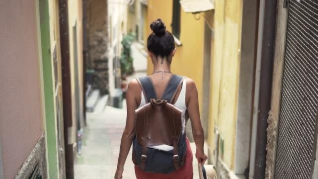 vídeos y material grabado en eventos de stock de mujer caminando por las pequeñas calles italianas - rucksack