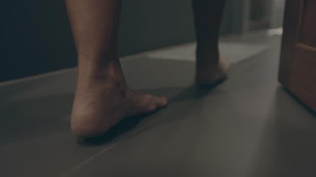 frau zu fuß betreten dusche, slow-motion - frau entkleiden stock-videos und b-roll-filmmaterial