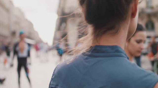 vídeos y material grabado en eventos de stock de woman walking holding sunglasses and cell phone - vestimenta de negocios