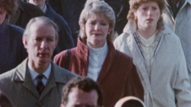 1985 ZI A woman walking in a crowd of people / London, England†