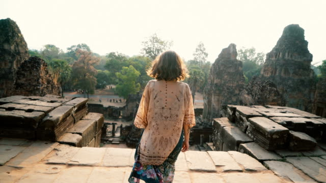vídeos de stock e filmes b-roll de woman walking    in angkor temple in cambodia - ásia