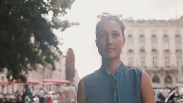 vídeos de stock e filmes b-roll de woman walking in bordeaux in the summer - mulher bonita