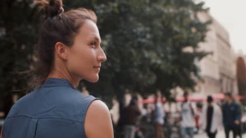 vídeos y material grabado en eventos de stock de woman walking in bordeaux in the summer - villa asentamiento humano