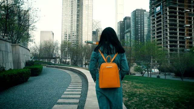 街で歩いている女性