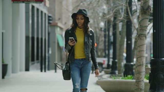 vidéos et rushes de woman walking in city using cell phone for navigation / salt lake city, utah, united states - searching