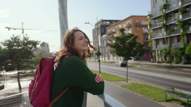 vidéos et rushes de femme marchant à copenhague - marron couleur
