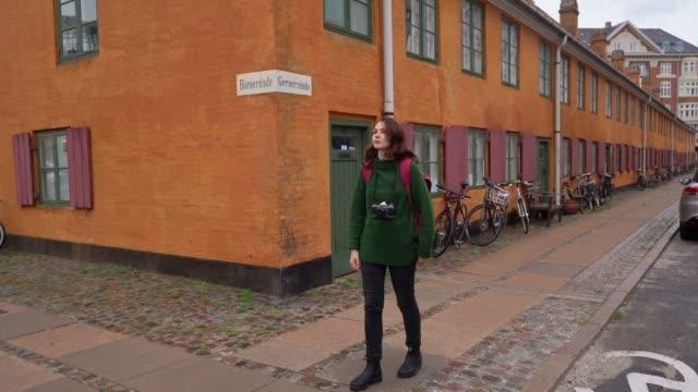 kvinna går i köpenhamn - nyfikenhet bildbanksvideor och videomaterial från bakom kulisserna