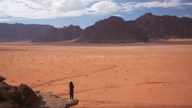 Wandelen in de Wadi Rum woestijn vrouw