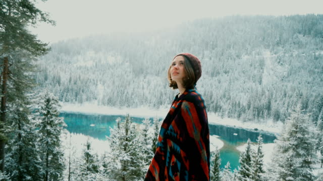 frau zu fuß in der nähe von cauma-see in der schweiz - winter stock-videos und b-roll-filmmaterial
