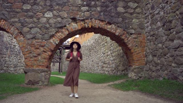 vidéos et rushes de femme marchant près du château en lettonie - château