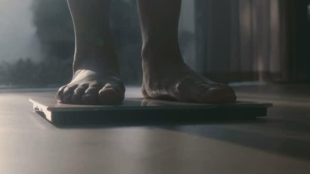 donna che cammina su una bilancia per il corpo - limb body part video stock e b–roll