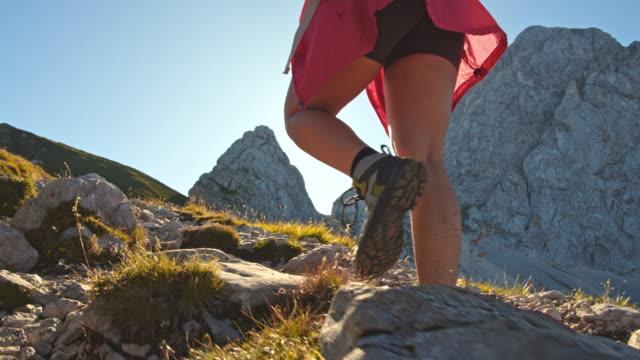 stockvideo's en b-roll-footage met ms vrouw wandelen op een bergpad - julian alps