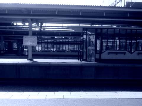 vídeos de stock e filmes b-roll de woman walking on a platform sweden. - trabalhadora de colarinho branco