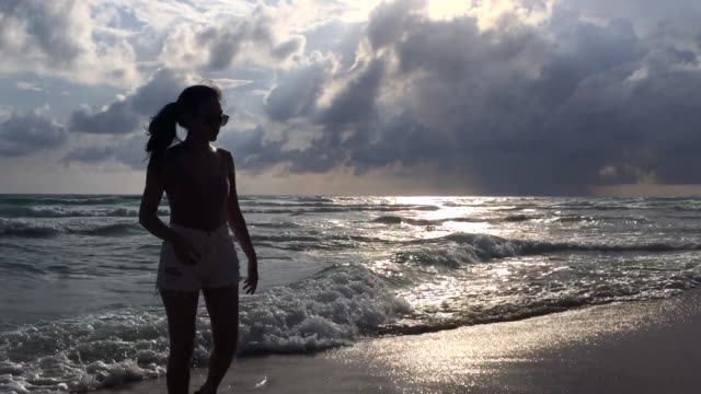 Vrouw lopen op strand