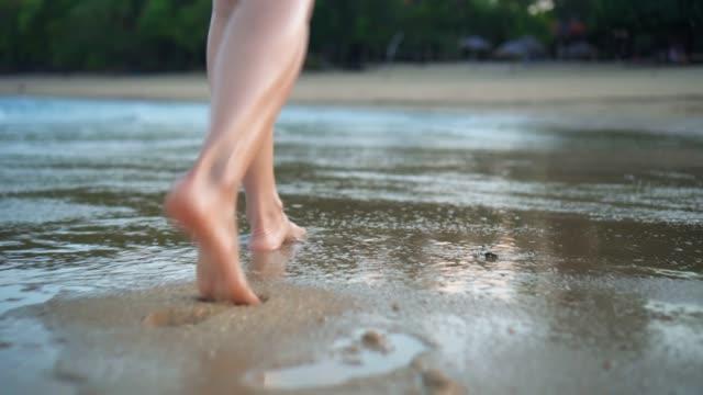 vídeos y material grabado en eventos de stock de mujer caminando en la playa - planta del pie