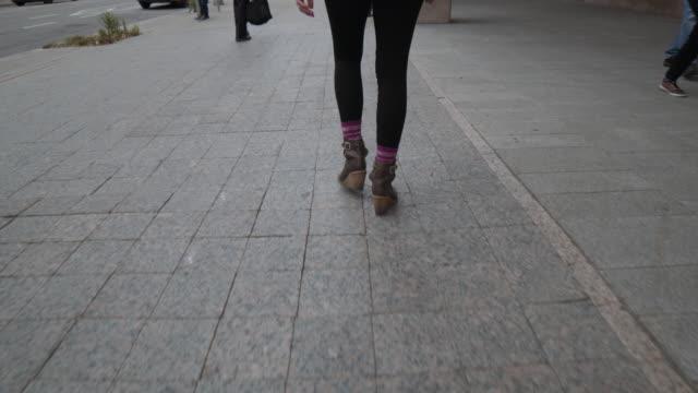 街の歩道を歩く女性 - ユーラシアエスニシティ点の映像素材/bロール