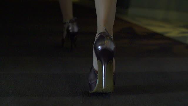 hd : donna cammina su highheels - sensualità video stock e b–roll
