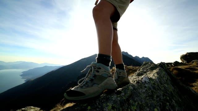 Frau zu Fuß auf mountain ridge Wappen